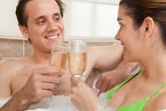 Coppie che tostano con il champagne immagine stock