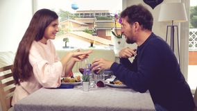 Coppie che tostano durante il pranzo romantico a casa stock footage