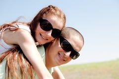 coppie che trasportano sulle spalle i giovani Fotografie Stock