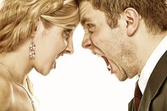 Coppie che urlano, difficoltà di furia di nozze di relazione Fotografie Stock