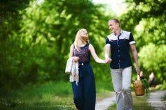 Coppie che vanno sul picnic fotografie stock libere da diritti