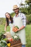 Coppie che vendono le verdure organiche al mercato Fotografia Stock Libera da Diritti