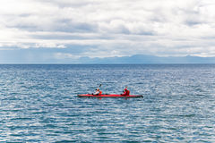 Coppie che viaggiano in canoa immagine stock libera da diritti