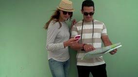 Coppie che viaggiano esaminando mappa stock footage