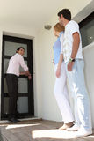 Coppie che visualizzano il loro nuovo appartamento Immagini Stock Libere da Diritti