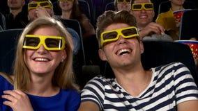 Coppie in cinema che guarda un film con i vetri 3D stock footage