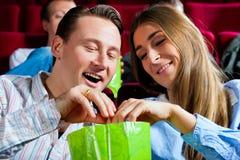 Coppie in cinematografo con popcorn Immagine Stock Libera da Diritti