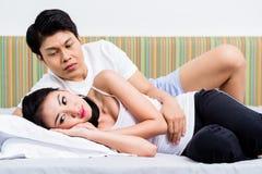 Coppie cinesi che hanno edizioni coniugali che si dirigono verso divorzio Fotografia Stock