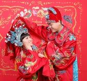 Coppie cinesi in panno tradizionale di cerimonia nuziale immagini stock libere da diritti