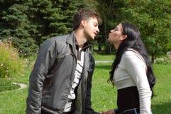 Coppie circa da baciare Fotografia Stock Libera da Diritti