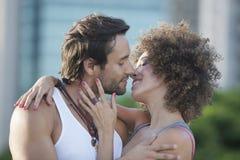 Coppie circa da baciare fotografia stock