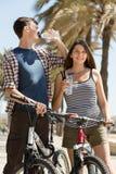 Coppie con acqua della bevanda delle biciclette Fotografie Stock