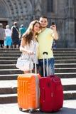 Coppie con bagagli che fanno selfie Fotografia Stock