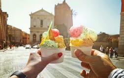 Coppie con bello gelato italiano dolce luminoso immagini stock