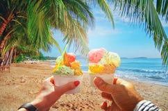 Coppie con bello gelato italiano dolce luminoso con differenti sapori nelle mani fotografie stock