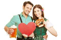 Coppie con cuore e birra a Fotografia Stock