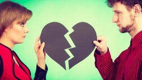 Coppie con cuore rotto che si rompe su Immagini Stock
