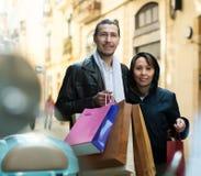 Coppie con gli acquisti alla via Immagine Stock Libera da Diritti