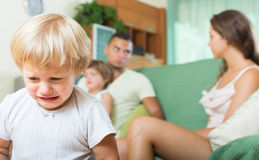 Coppie con i bambini che hanno litigio Immagine Stock