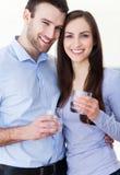 Coppie con i bicchieri d'acqua Immagini Stock