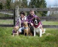 Coppie con i cani Fotografie Stock Libere da Diritti