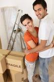 Coppie con i contenitori di imballaggio Fotografie Stock