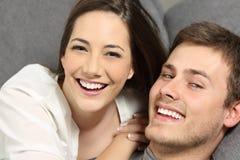 Coppie con i denti perfetti ed il sorriso di bianco Fotografia Stock Libera da Diritti
