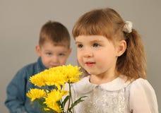 Coppie con i fiori Fotografia Stock