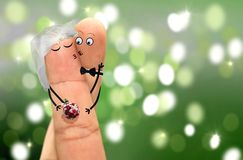 Coppie con i fronti del dito che abbracciano e che baciano Fotografia Stock
