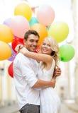 Coppie con i palloni variopinti fotografia stock