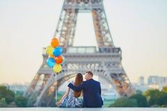 Coppie con i palloni variopinti vicino alla torre Eiffel Immagine Stock