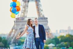 Coppie con i palloni variopinti vicino alla torre Eiffel Fotografia Stock