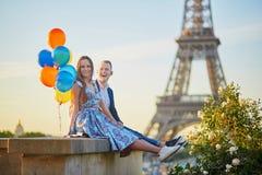Coppie con i palloni variopinti vicino alla torre Eiffel Fotografie Stock