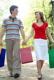 Coppie con i sacchetti di acquisto Immagini Stock Libere da Diritti