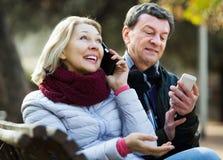 Coppie con i telefoni cellulari Immagini Stock Libere da Diritti