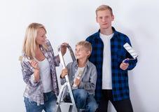 Coppie con il bambino durante il rinnovamento domestico fotografia stock libera da diritti