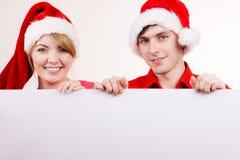 Coppie con il bordo vuoto in bianco dell'insegna Natale immagini stock libere da diritti