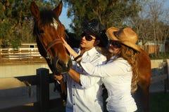 Coppie con il cavallo Fotografie Stock Libere da Diritti