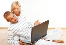 Coppie con il computer portatile immagine stock libera da diritti