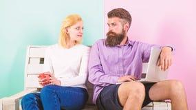 Coppie con il computer portatile che va guardare film La famiglia spende insieme lo svago Coppia la scelta del film ed abbia di f fotografie stock libere da diritti