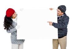 Coppie con il tabellone per le affissioni in bianco Immagine Stock
