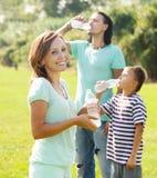 Coppie con l'acqua potabile dell'adolescente dalle bottiglie Immagine Stock Libera da Diritti