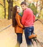 Coppie con la bicicletta nel parco di autunno Fotografia Stock