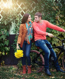 Coppie con la bicicletta nel parco di autunno Immagini Stock
