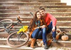 Coppie con la bicicletta nel parco di autunno Immagine Stock