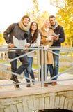 Coppie con la mappa turistica nel parco di autunno Fotografie Stock Libere da Diritti