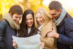 Coppie con la mappa turistica nel parco di autunno Immagini Stock