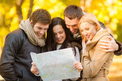 Coppie con la mappa turistica nel parco di autunno Fotografia Stock