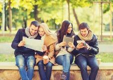 Coppie con la mappa turistica nel parco di autunno Immagini Stock Libere da Diritti