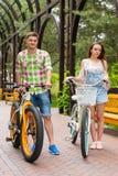 Coppie con le bici in arco Fotografia Stock